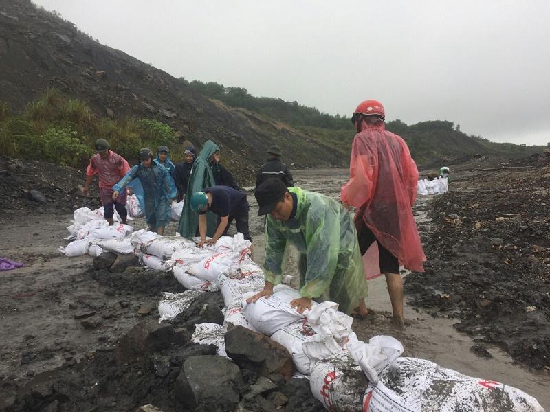 Thanh niên Hà Tu xung kích mùa mưa bão