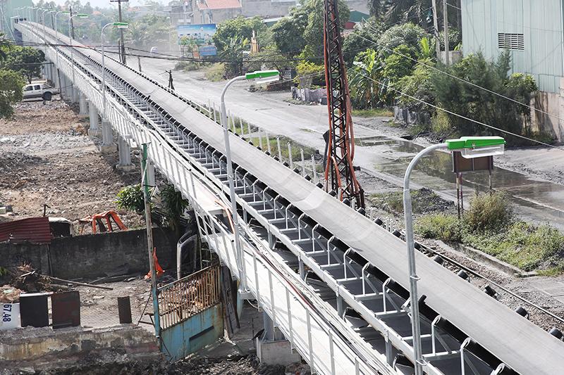 Xây dựng các tuyến băng tải than nhằm bảo vệ môi trường. (Trong ảnh: Hệ thống vận tải than bằng băng tải từ kho than Khe Ngát ra cảng Điền Công, Uông Bí)