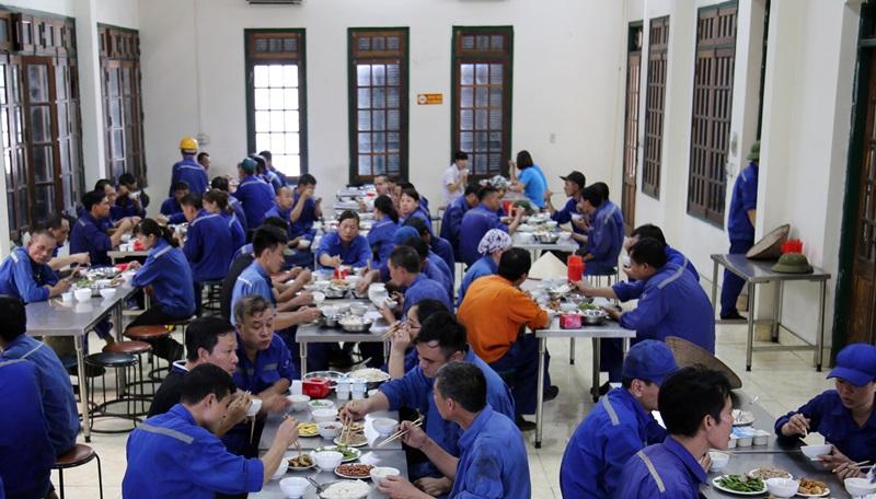 Nhà ăn công nhân Công ty CP than Hà Tu được lắp đặt hệ thống điều hòa, đảm bảo điều kiện sinh hoạt cho NLĐ trong đợt nắng nóng.