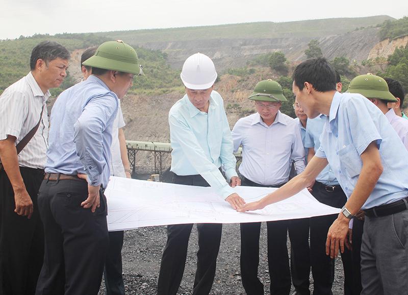 Kiểm tra vị trí đầu tư xây dựng dự án Trung tâm chế biến và kho than tập trung vùng Hòn Gai.