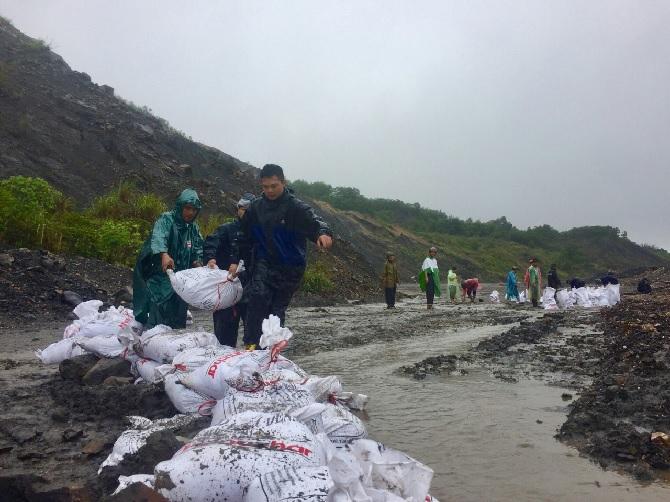 Đội TNXK Đoàn TN Công ty đắp kè nắn dòng nước xối thẳng vào vị trí chòi chuyến tại bãi thải BT0