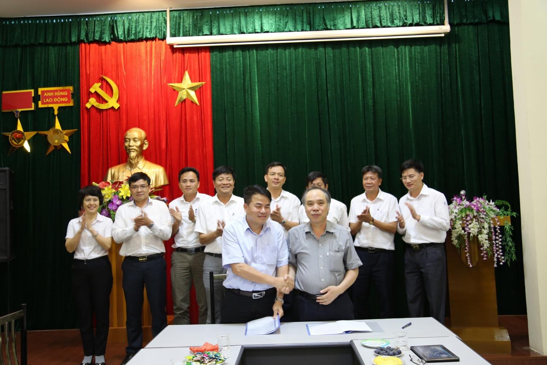 Đ/c Phạm Trung Tuấn và Đ/c Nguyễn Trọng Tốt ký văn bản bàn giao nhiệm vụ Chủ tịch HĐQT